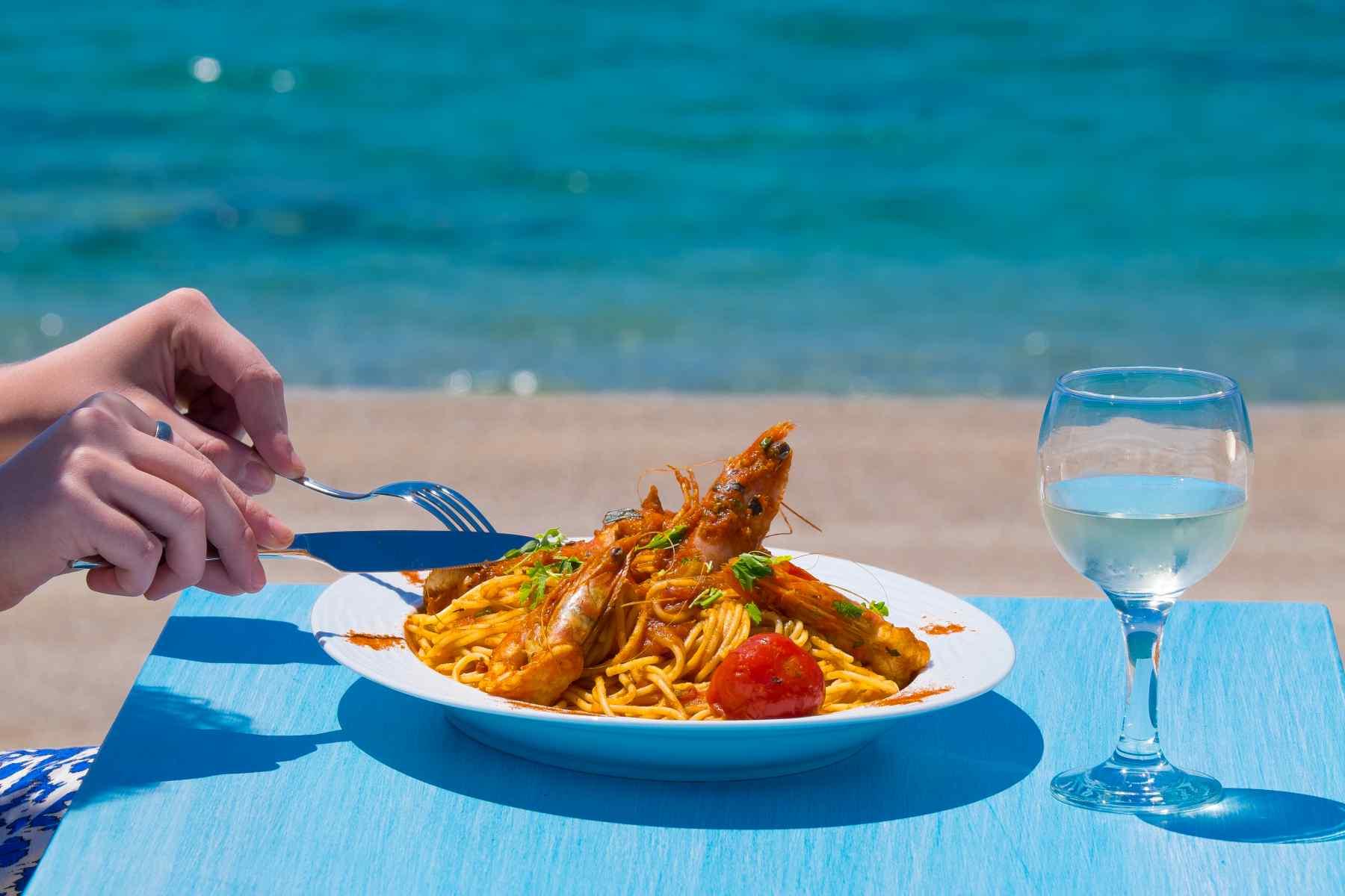 Must Boutique Hotel, Ξενοδοχείο στο Κανάλι Πρέβεζας, Εστιατόριο στην αμμουδια με θαλασσινα από τον Αμβρακικό
